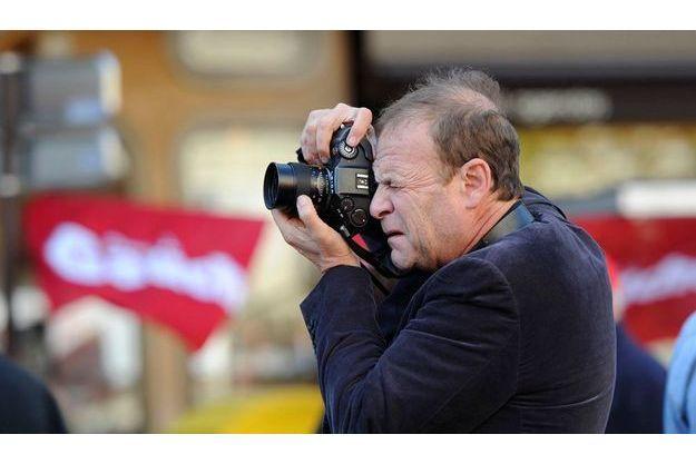 François-Marie Banier, photographiant des manifestants opposés à la réforme des retraites en octobre 2010.