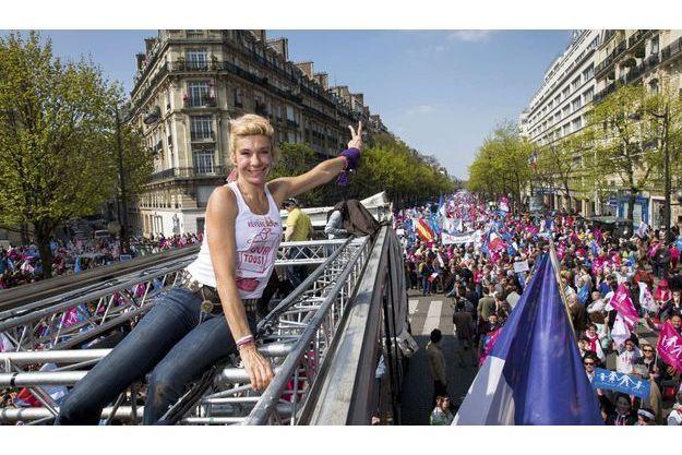 Place Denfert-Rochereau, 15heures.  Juchée sur un char sonorisé qui va descendre le boulevard Raspail (à l'arrière-plan), elle porte  un tee-shirt estampillé «référendum pour tous».