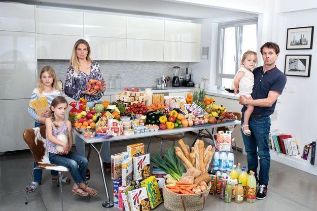 Avec Lula (10 ans), Billie (7 ans) et Ginger (2 ans). Au centre, le gaspillage annuel d'une famille comme la leur : 5 kilos de pain, 5 kilos de viande, 64 kilos de fruits et légumes…