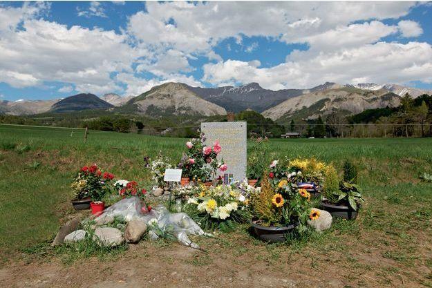 Sur la commune du Vernet. Autour de la stèle érigée au lendemain de la catastrophe, des fleurs entretenues par les habitants.