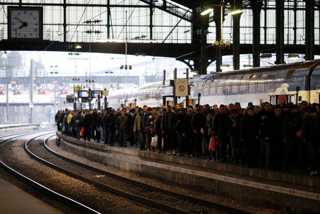 Foule attendant sur un quai de la gare Saint-Lazare, à Paris (photo d'illustration)