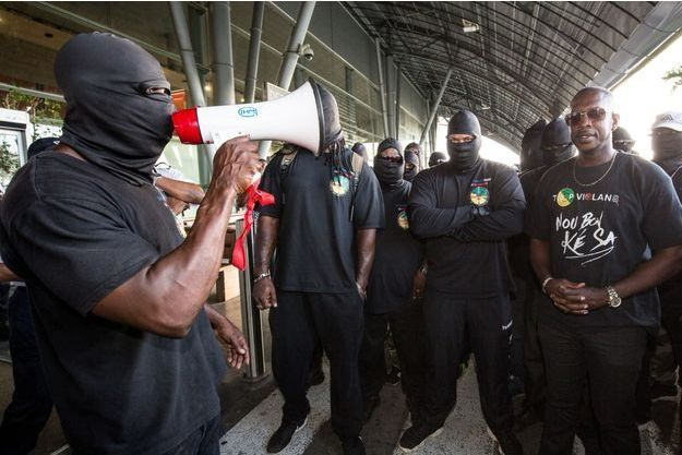 Des membres des «500 frères» protestent face à la police, le 29 mars.