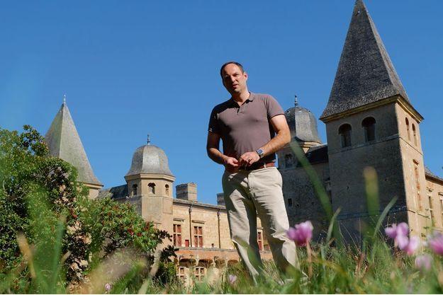 Ghislain de Castelbajac devant le château de Caumont, classé monument historique,  dans le Gers.