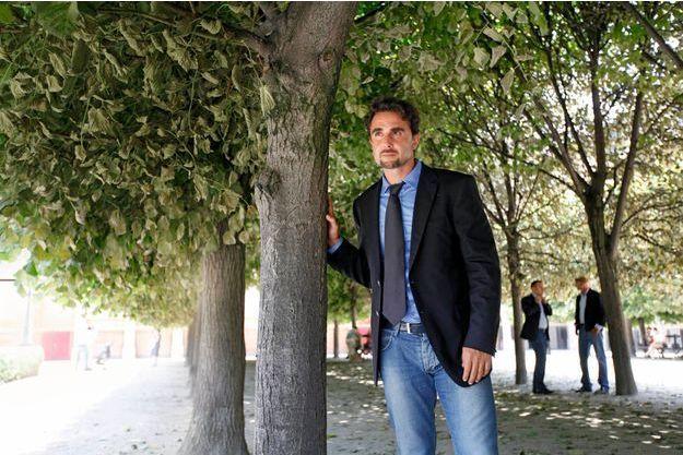 Vendredi 5 juillet, dans les jardins du Palais-Royal, à Paris, une bouffée d'oxygène pour cet homme qui vit 24 heures sur 24 sous protection de la gendarmerie. A l'arrière-plan, deux de ses anges gardiens.