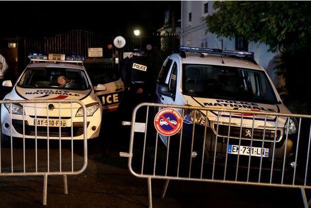 Un important dispositif de sécurité était déjà mis en place devant la résidence des Hallyday à Marnes-la-Coquette.