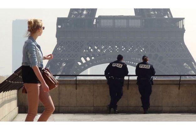 Deux policiers devant la Tour Eiffel en mars dernier.
