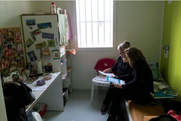Jacqueline Sauvage, 68ans (à g.), dans la prison de Saran (Loiret), le 27janvier, pendant la visite des députées LR Nathalie Kosciusko-Morizet et Valérie Boyer qui prend la photo. Au mur, les portraits de ses petits-enfants.