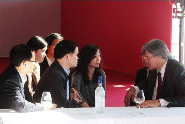 Le ministre de l'Agriculture Stéphane Le Foll s'est entretenu avec une délégation chinoise lors de l'inauguration de Vinexpo, à Bordeaux.