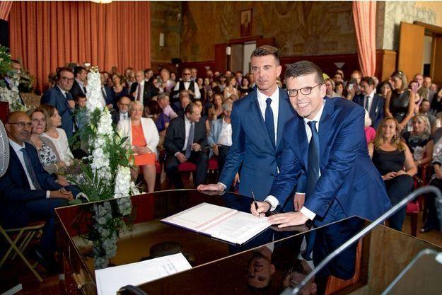 Le sénateur et maire d'Alfortville Luc Carvounas (à dr.) s'est marié le 11juillet avec Stéphane Exposito avec qui il était pacsé depuis troisans.