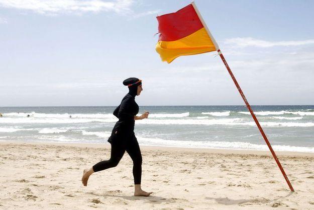 Une femme sur une plage de Sydney