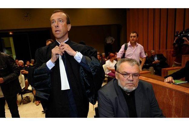 Côte à côte, l'avocat d'Antoine, Maitre Alexandre Varaut, et Michel Deriez, son grand-père.