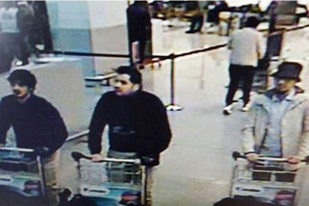 Les assaillants de l'aéroport de Bruxelles-Zaventem, sur une image de vidéosurveillance.