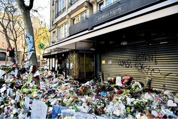 Hommage aux 19victimes devant le restaurant de la rue de Charonne.