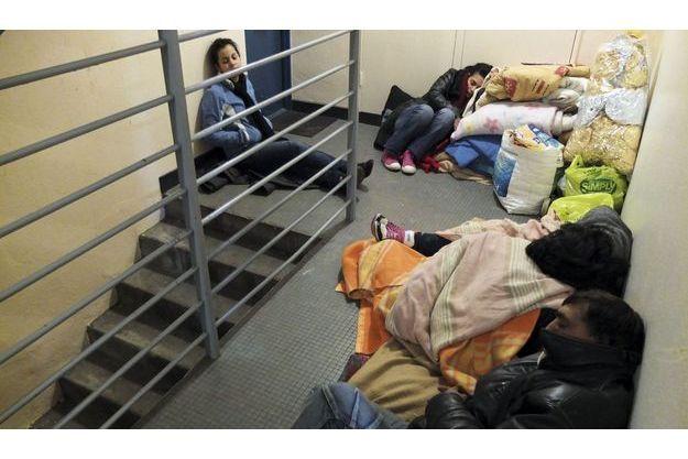 Jeudi 6décembre, vers 21heures. Epuisés, ce père kosovar et ses  trois aînées ferment les yeux quelques instants. Ensuite, ils déplieront couettes et couvertures prêtées par l'association Chrétiens migrants.