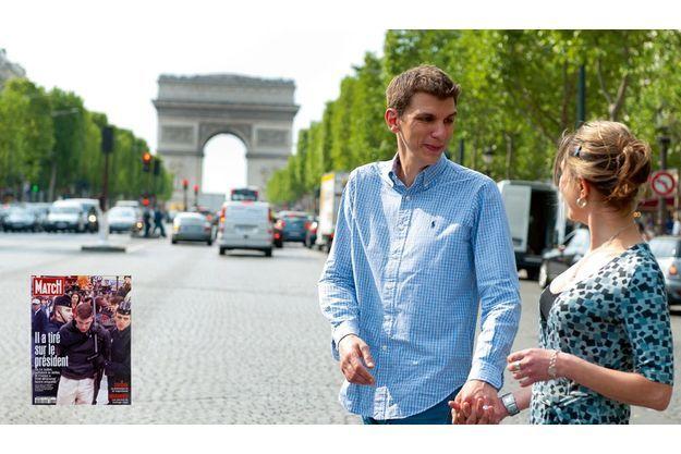 Sa peine purgée, Maxime Brunerie revient sur les Champs-Elysées, le « lieu du crime », avec sa fiancée, Delphine,  une formatrice qu'il a rencontrée en janvier dernier.