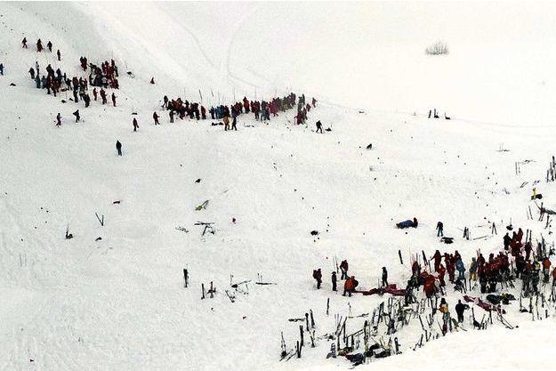 Sur la piste de Bellecombe, les sauveteurs sondent la neige à l'aide de perches pour repérer les victimes. Parmi elles, un skieur ukrainien.
