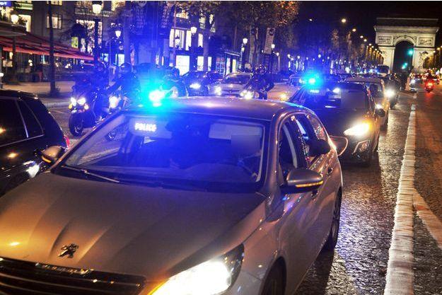 Les policiers défilent sur les Champs-Elysées.