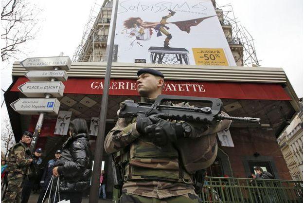 Un soldat en faction devant Les Galeries Lafayette.