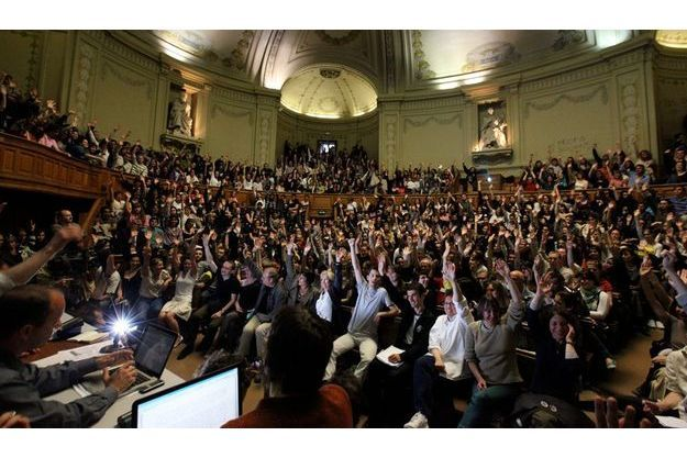 Jeudi 7 mai, 13 heures, la grève est reconduite. Dans l'amphithéâtre Richelieu de la Sorbonne, presque toutes les mains se lèvent. « Les RG ne prennent pas part au vote », plaisante le Pr Pascal Boldini, chef d'orchestre de l'assemblée générale. Sur le mur au fond à droite, un graffiti : « Ni profs ni soumis ». Les ordinateurs servent à noter les résultats des votes et les propos des orateurs qui se succèdent devant l'estrade, pendant trois minutes chacun maximum.