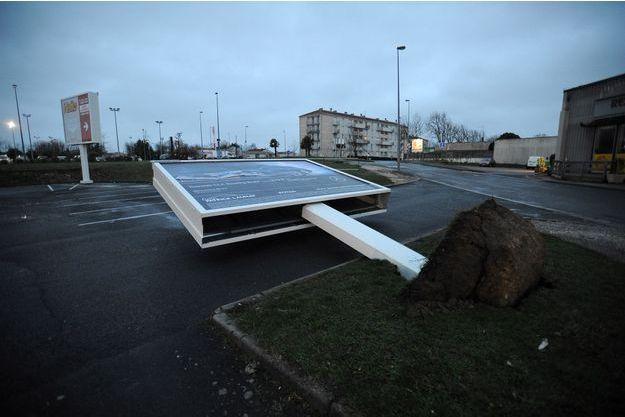 Un panneau publicitaire tombé à cause des vents violents à Rochefort.