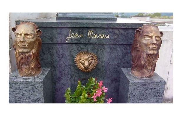 Capture écran / La tombe de Jean Marais avant le pillage avec les deux bustes de la Bête.