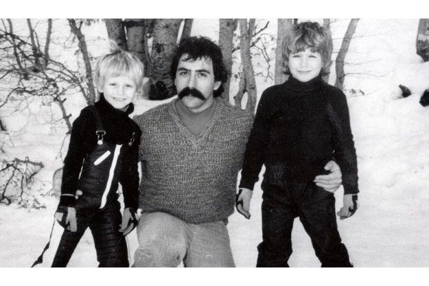 Un des assassins, Jean-Bruno Finochietti, instituteur, avec ses deux fils, Dominique, 6 ans, Henri, 8 ans. Il a été libéré dès le 23 juillet 1994