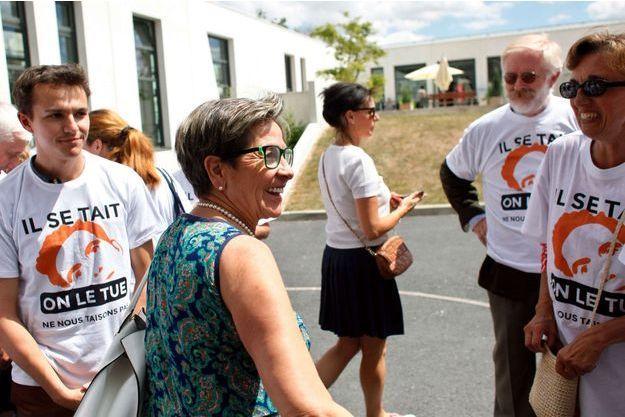 """Viviane Lambert souriante à la sortie de l'hôpital, ce jeudi, accueillie par des militants """"pro-vie""""."""