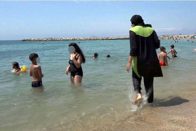 Une femme en burkini sur une plage de Marseille.