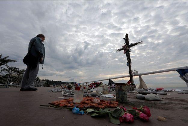 Une femme se tient devant un mémorial aux victimes de l'attentat de Nice, commis le 14 juillet 2016.