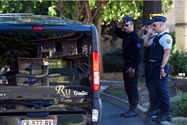 L'émotion des policiers devant le passage du cortège funéraire