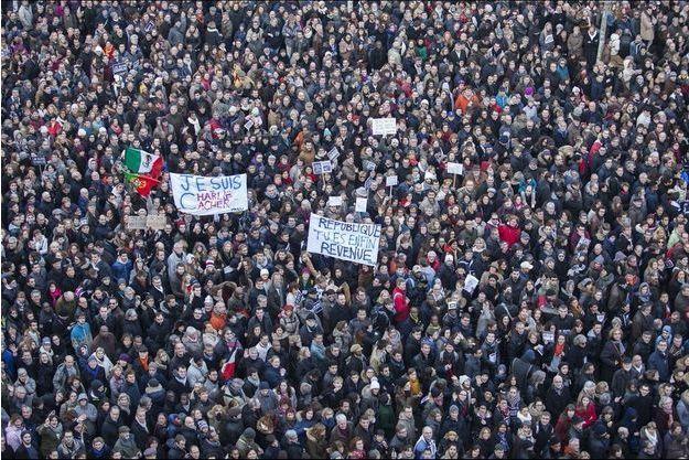 Place de la République, dimanche 11 janvier.  A 14h30, elle est déjà noire de monde.