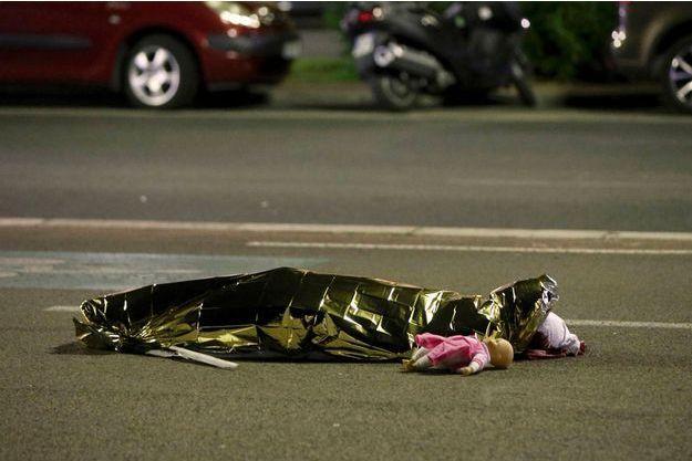 Sur le bitume, déposée à côté du corps sans vie d'une petite fille, une poupée.
