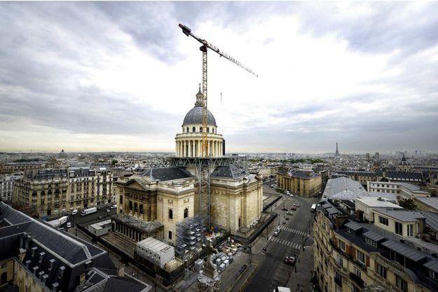 A Paris, le 18 août. La veille, la dernière colonne de l'échafaudage a été enlevée. La grue de 100 mètres qui eille sur le Panthéon sera démontée à la mi-septembre.