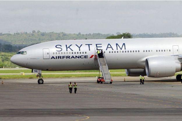 Un avion d'Air France, en provenance de l'île Maurice et à destination de l'aéroport Charles-de-Gaulle à Paris, a fait un atterrissage d'urgence dans la nuit de samedi à dimanche à Mombasa, au Kenya, après la découverte d'un colis suspect à bord.