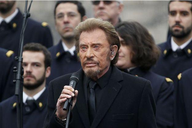 Johnny Hallyday chante sur la place de la République, le 10 janvier 2016.