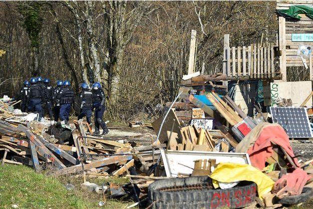 Des gendarmes à Bure, dans la Meuse, jeudi.