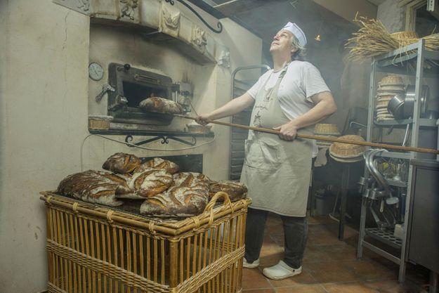 Roland Feuillas, apôtre du pain authentique : Il a converti les chefs Alain Passard et Michel Troisgros et prêche la bonne parole auprès de la dizaine d'élèves qui fréquentent chaque mois son école à Cucugnan (Aude). Cet ex-ingénieur contrôle toute la chaîne de production, cultive lui-même ses blés, parmi lesquels il sélectionne d'anciennes variétés comme le barbu du Roussillon ou la saissette de Provence, et produit des farines sans adjuvant ni sel raffiné. Tout chez lui est unique, même son four de brique qui pèse 40 tonnes.