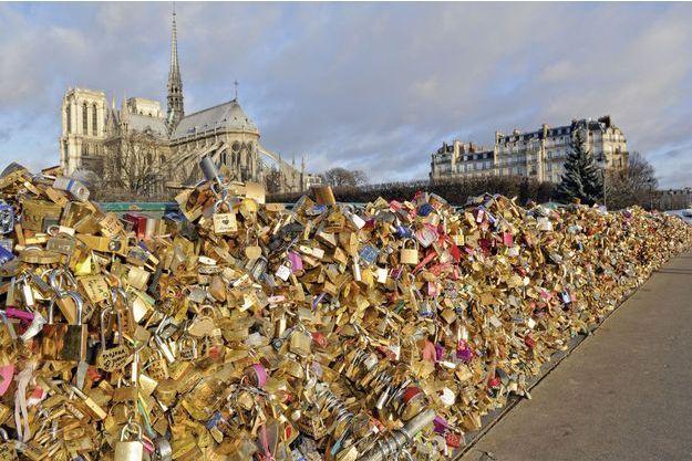Sur le pont de l'Archevêché, derrière Notre-Dame, les serments commencent à peser lourd.