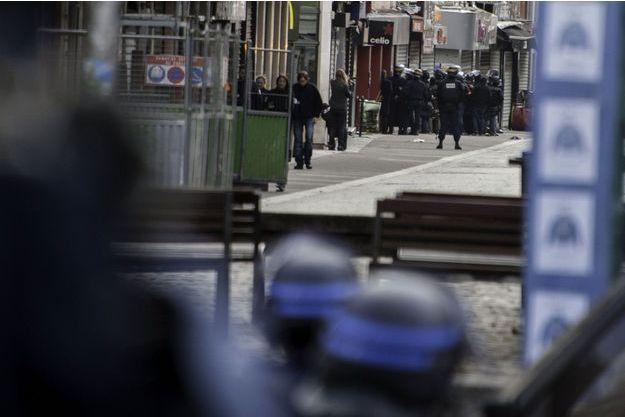 Rue de la République, à Saint-Denis, pendant l'opération anti-terroriste.
