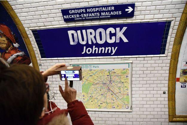 """La station du métro parisien Duroc, transformé en """"Durock Johnny"""", en hommage au chanteur disparu."""