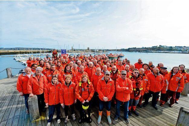 Cent-vingt des 7 000 bénévoles de la SNSM rassemblés devant l'objectif de notre photographe. Le sauvetage en mer vient d'être déclaré grande cause nationale 2017.