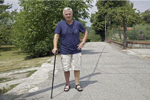 Gaetano Moscato, chez lui à Chiaverano, près de Turin, essaie de prendre la vie du bon côté. Il a perdu une jambe, mais a sauvé ses deux petits-enfants.