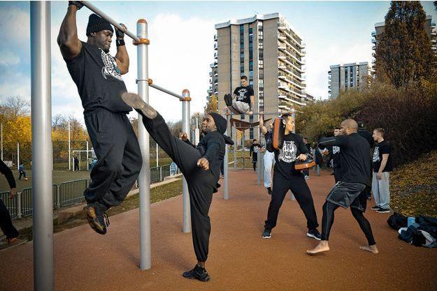 A Grigny 2, en grande banlieue sud de Paris, Kizo et ses amis en plein entraînement de No Joke.