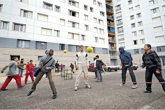Match de tennis improvisé entre jeunes de la cité des Iris, dans les quartiers Nord, la zone la plus pauvre d'Europe. Les ados balancent parfois entre la tentation de l'argent facile et la volonté de s'en sortir honnêtement.