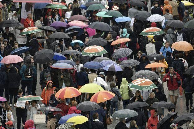 La pluie touche aussi Paris, et perturbe les Internationaux de France à Roland-Garros.