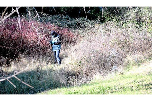 Un enquêteur inspecte les lieux du crime.