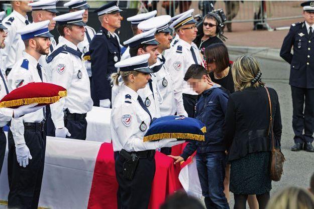 Hugo, 10 ans, né d'une première union de Jean-Baptiste Salvaing, s'est avancé pour poser la main sur le cercueil, dans la cour d'honneur de la préfecture de Versailles, le 17 juin.