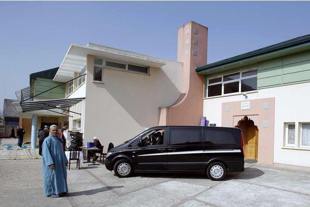 La mosquée de Saint-Étienne-du-Rouvray a été inaugurée en 2000 sur une parcelle de terrain offerte par la paroisse catholique de la ville.
