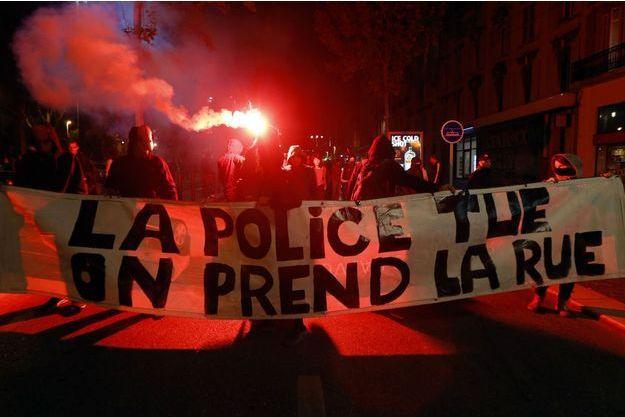 Des manifestants, à Marseille, le 31 octobre, rendent hommage à Rémi Fraisse.