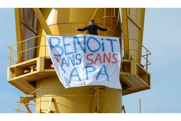 Serge, le père retranché sur une grue du port de Nantes, où il a déployé une banderole.